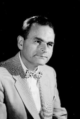 Leo Miller, actor, viste de traje con moño estampado al cuello, retrato