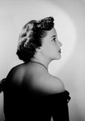 Leticia Valencia, de espalda desnuda y rostro de perfil derecho, retrato