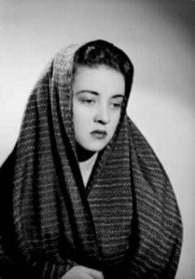 Leticia Valencia, de frente con rostro a la izquierda y mirada baja, usa rebozo, retrato