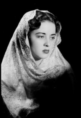 Leticia Valencia, se cubre con velo de encaje, fondo oscuro, retrato