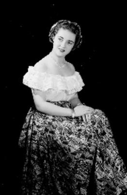 Leticia Valencia, sentada mira al frente y coloca manos sobre el regazo, retrato