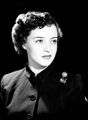 Leticia Valencia, en tres cuartos de perfil a la izquierda, fondo oscuro, retrato