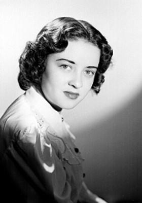 Leticia Valencia, de perfil derecho, rostro al frente, retrato