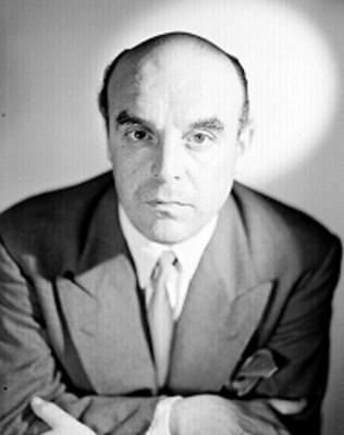 Roberto Vicente, cruza los brazos al frente, viste saco y corbata, retrato