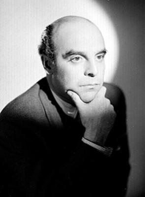 Roberto Vicente, en actitud reflexiva coloca mano izquierda en el menton, retrato