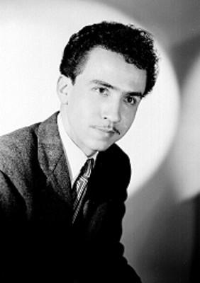 Reynaldo Treviño, de frente en tres cuartos de perfil, con traje formal, retrato