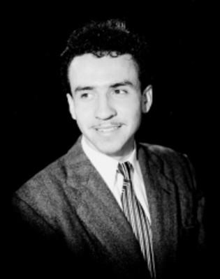 Reynaldo Treviño, sonríe y mira a la derecha, viste formal, retrato