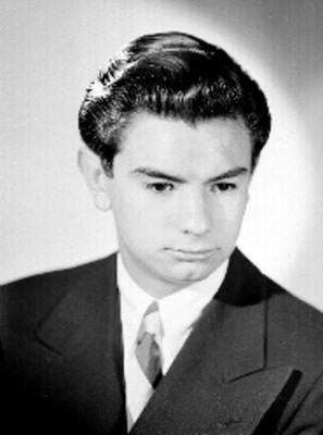 Felipe de Mier Jr., productor de cine, mirada inclinada, viste de traje y corbata, retrato