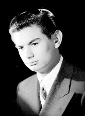 Felipe de Mier Jr., productor de cine, viste de traje y corbata, retrato de perfil