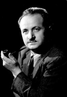 Molines, escritor, con pipa en mano, viste de traje a rayas y corbata, retrato