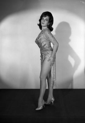 Patricia Oliver, vedette, de pie con manos a los costados, viste leotardo con detalles en pedreria y medias, retrato