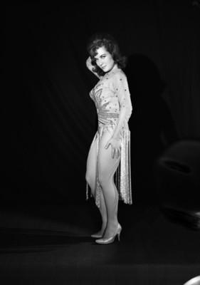 Patricia Oliver, vedette, viste leotardo con detalles en pedreria y medias de red, retrato de perfil