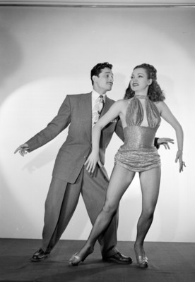 Leo Rubio baila con su pareja, retrato