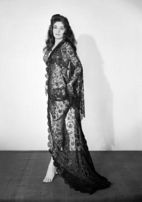 Jenny Dunio de pie y perfil derecho, retrato
