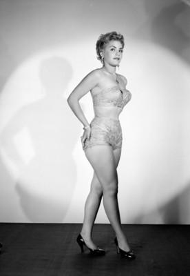 Kitty de Hoyos de pie y de perfil izquierdo, con sus manos sobre su cadera, retrato