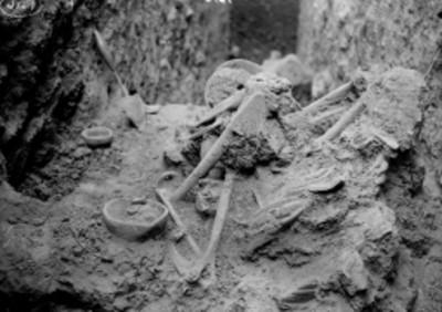 Excavación de entierro y ofrenda prehispánicos