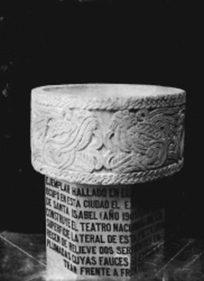 Cuahxicalli, tallado en piedra con relieve de serpientes emplumadas