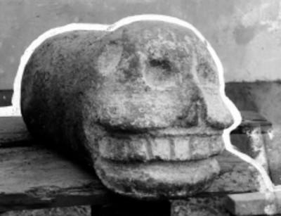 Clavo con figura de cráneo humano, realizado en piedra