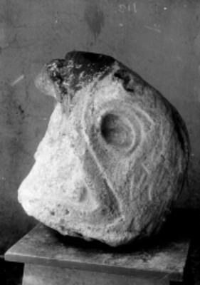 Escultura prehispánica con forma de cabeza de un ave