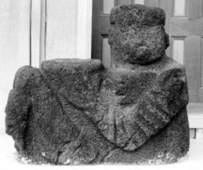 Escultura de Chac-Mool en una sala de museo