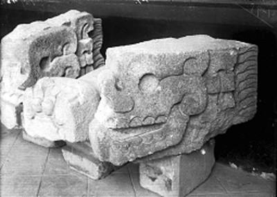 Ornamento arquitectónico teotihuacano con la forma de cráneos
