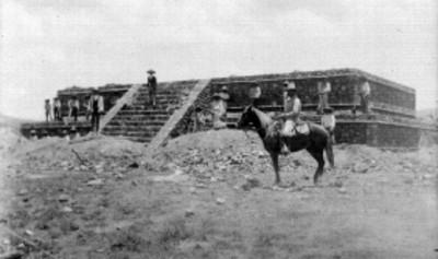 Trabajadores durante la excavación de un edificio prehispánico