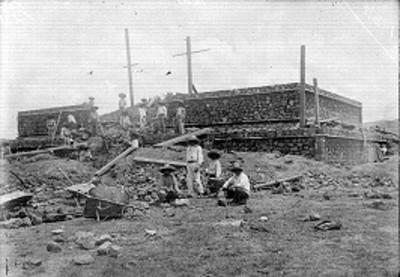 Edificio prehispánico en proceso de reconstrucción