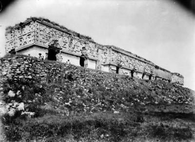 Hombres en el Palacio del Gobernador antes de su reconstrucción