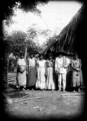 Familia afuera de un jacal, retrato