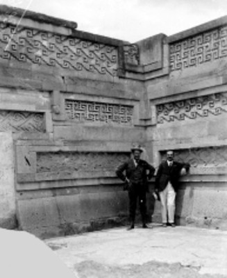 Hombres posan al interior de edificio en Mitla