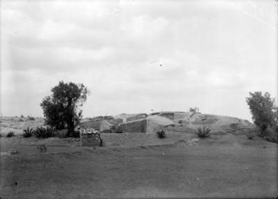 Casa rústica junto a construcción prehispánica, vista panorámica