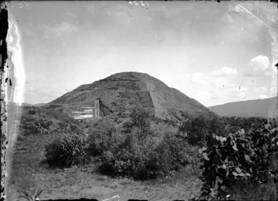 Vista de la Pirámide de la Luna antes de su reconstrucción