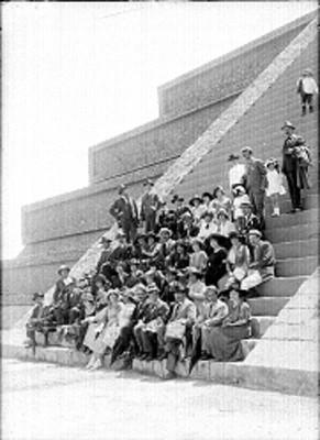 Personas en escalinatas de edificio en Teotihuacán