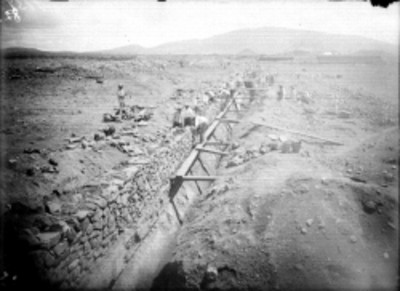 Trabajadores restauran basamento en la Calzada de los Muertos, Teotihuacán