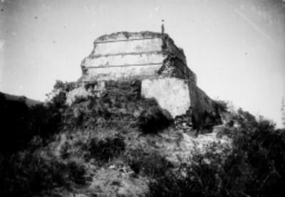 Hombre sobre la pirámide de Tepozteco