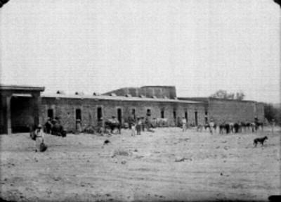 Campesinos frente a una construcción rural