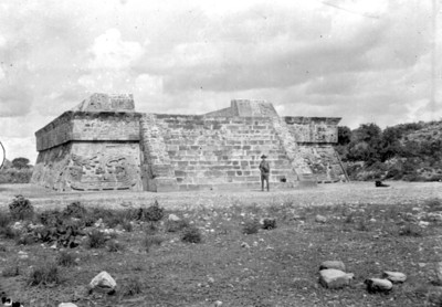 Hombre posa frente a la Pirámide de Xochicalco