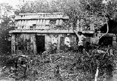 Hombres a un costado de una estructura maya son reconstruir