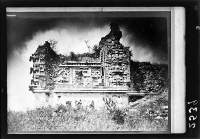 Hombres frente al Cuadrángulo de las monjas, reprografía