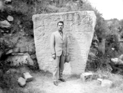 Lázaro Cardenas junto a estela maya