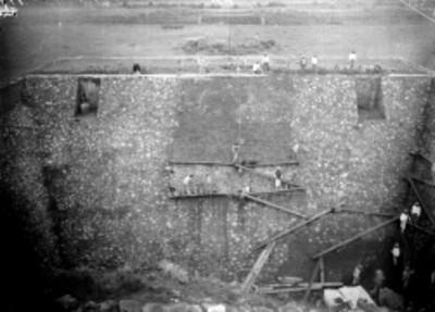 Trabajos de restauración en el edificio ubicado frente al Templo de Quetzalcóatl, Teotihuacán