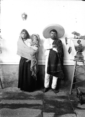 Familia purépecha, retrato de grupo