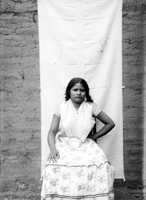 Mujer otomí sentada, retrato
