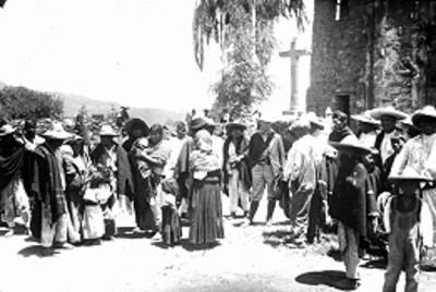 Indígenas afuera de una iglesia