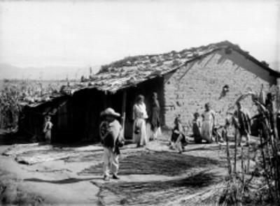 Familia nahua en el patio de su vivienda, retrato de grupo