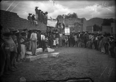 Manifestación en un poblado nahua, retrato de grupo