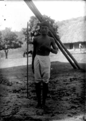 Hombre zapoteco con la mano en el pecho, retrato
