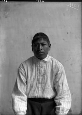 Hombre indígena de frente, retrato