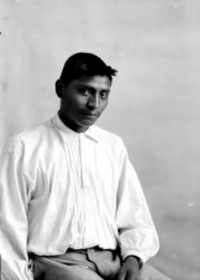 Hombre indígena sentado, retrato