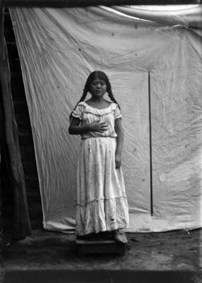 Mujer nahua de frente, retrato